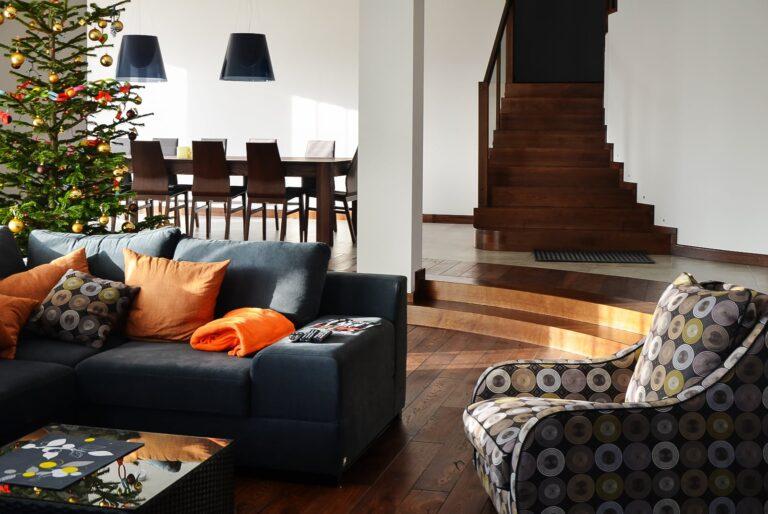 piękne drewniane panale na podłodze w domu jednorodzinnym